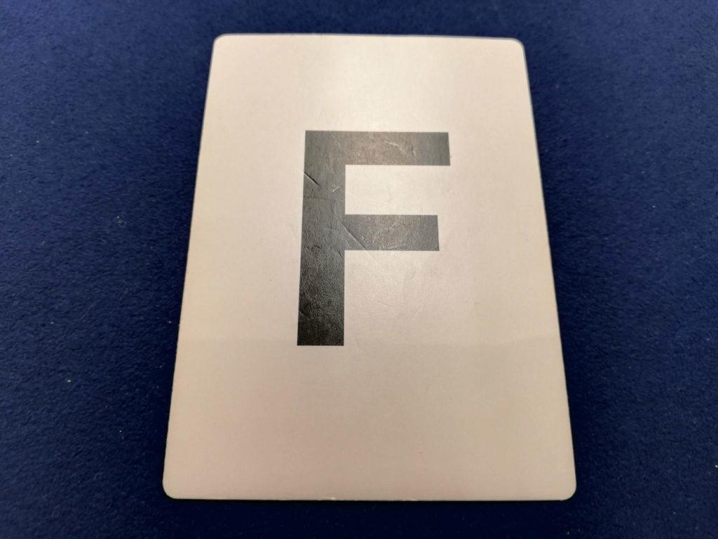 Fと書かれたアルファベットカード